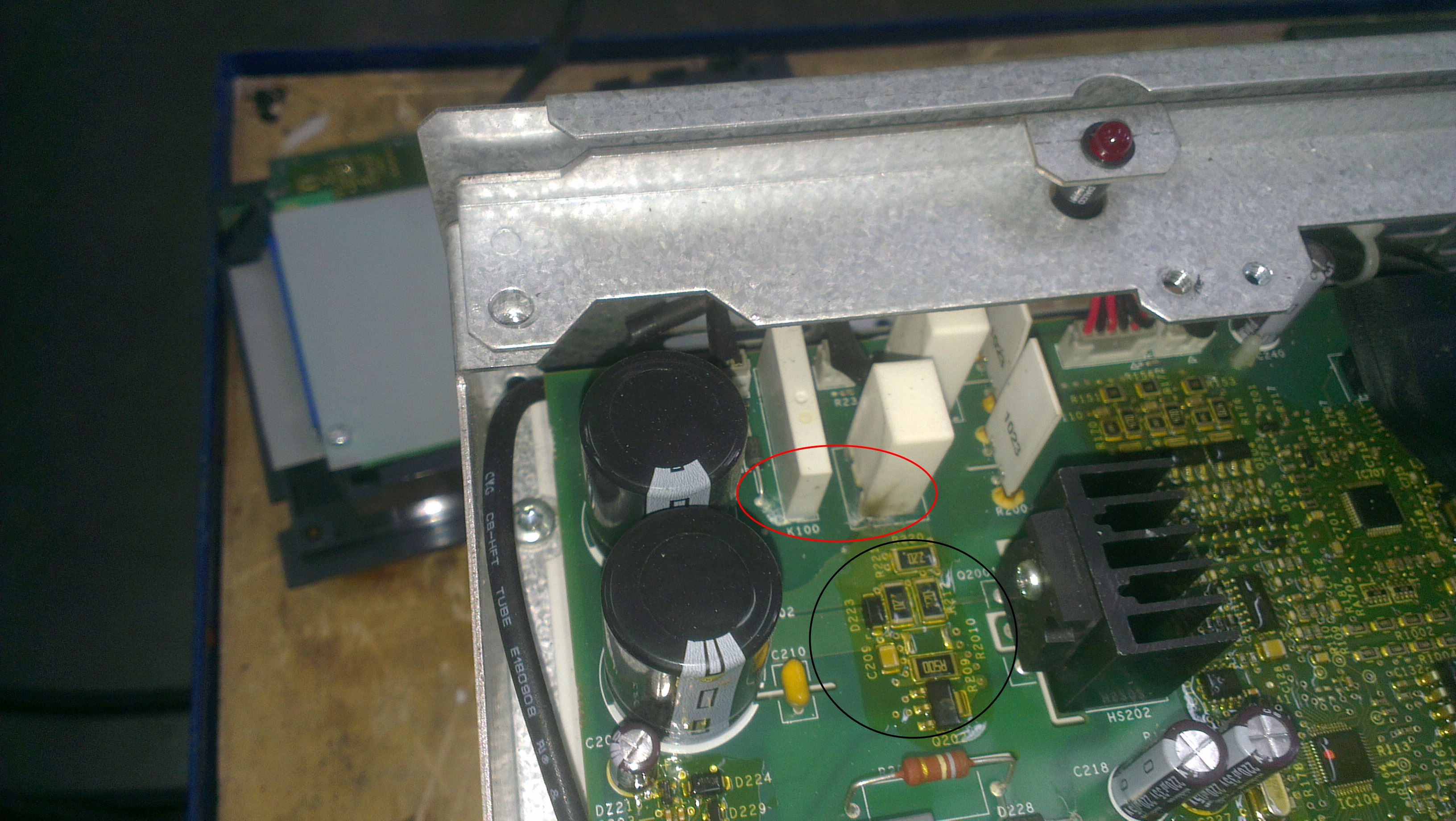 Рисунок 1 Повреждение электроники на печатной плате преобразователя частоты